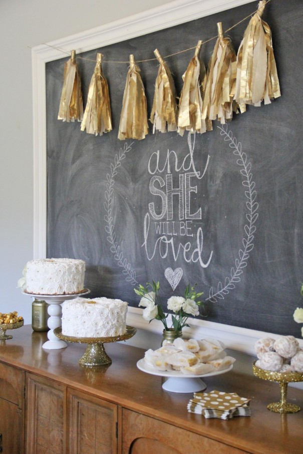 gold dessert table decor